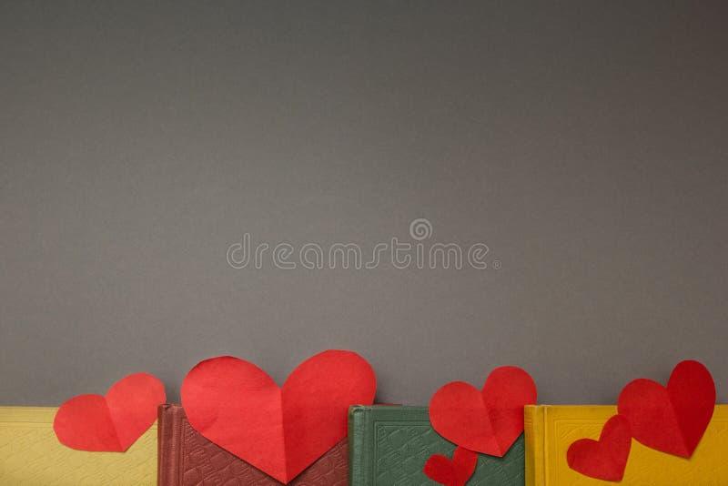 Corações vermelhos nos livros, espaço para o texto fotos de stock royalty free