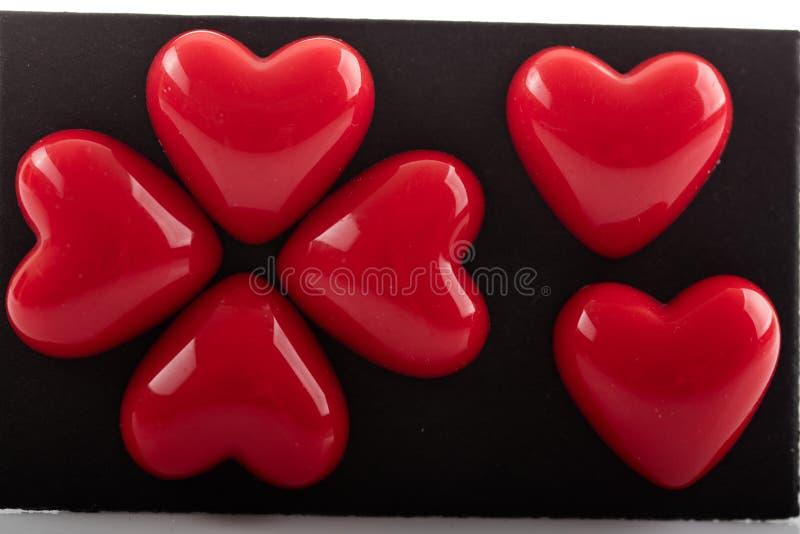 Corações vermelhos plásticos do Valentim isolados foto de stock