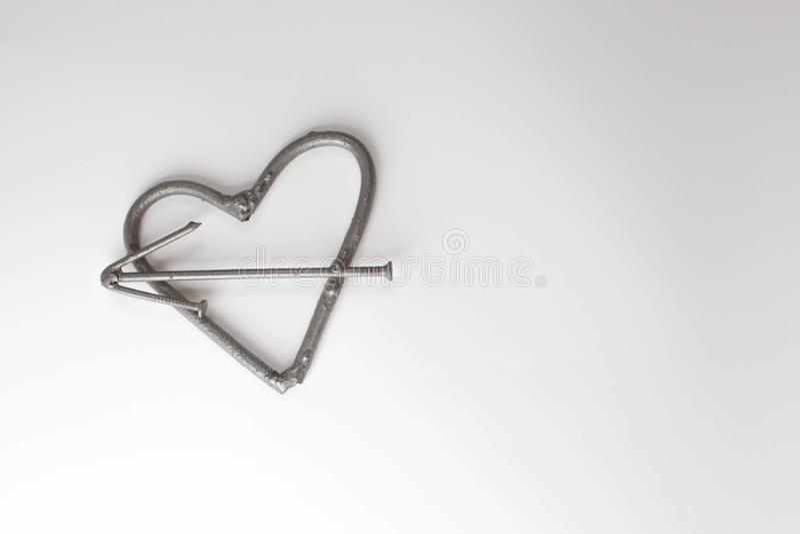 Cora??o com pregos Conceito do dia de pais Fundo do dia de Valentim com cora??o do ferro do espa?o do texto dos pregos cora??o br foto de stock royalty free