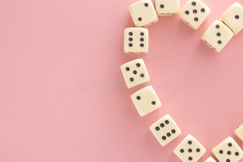 Cora??o O jogo branco corta no fundo cor-de-rosa Possibilidade da vit?ria e afortunado Estilo liso da configura??o, lugar para o  imagens de stock