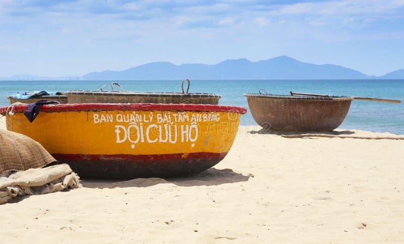 Coracles em uma praia do golpe, Hoi An, Vietname imagem de stock