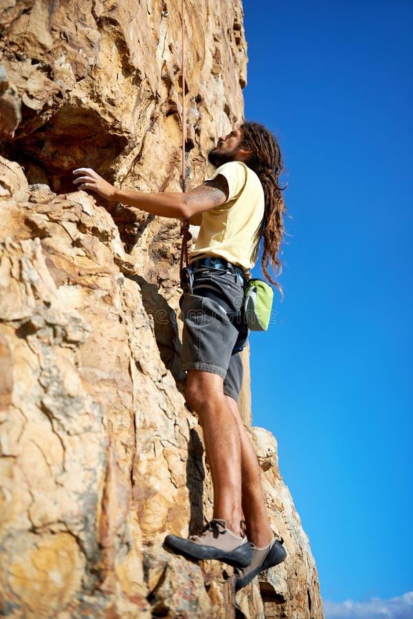 A coragem de um montanhista de rocha foto de stock