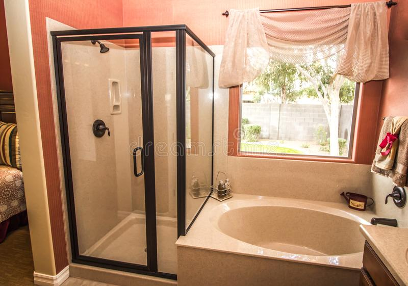 Coral Bathroom With Shower And-Ton royalty-vrije stock fotografie