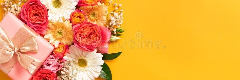 Coral de vida feliz do dia de mãe, do dia das mulheres, do dia de Valentim ou do aniversário e bandeira amarela Cartão floral da  foto de stock royalty free
