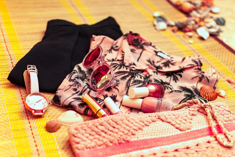 Coral feminino na moda e equipamento preto flatlay verão, praia, beleza ou conceito do blogue da forma imagens de stock