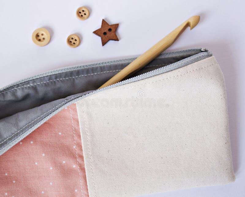 Coral hecho a mano y bolsa gris de la noción de la tela imagen de archivo libre de regalías