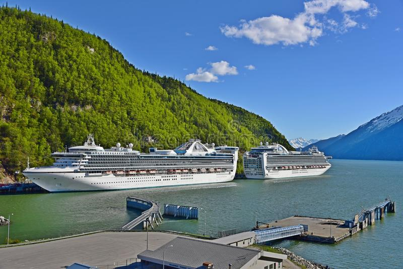 Coral Princess en Ruby Princess in Skagway Alaska royalty-vrije stock afbeeldingen
