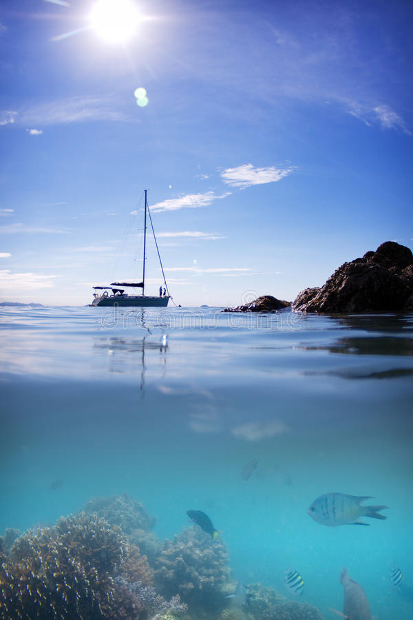 Free Coral Reef Fish Boat Sun Water And Sky Royalty Free Stock Photography - 31198997