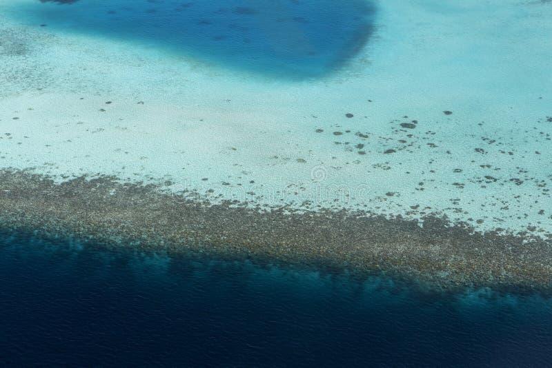 Coral Reef och detalj av atollen arkivfoton