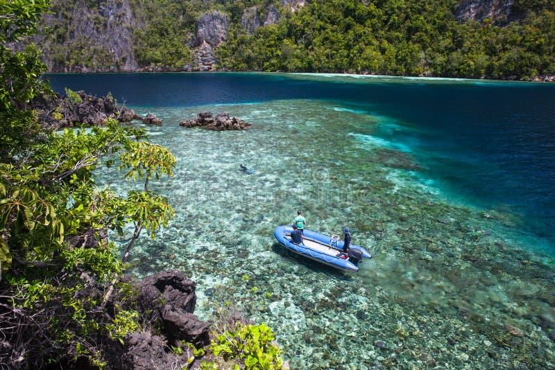 Coral Reef Surrounded rasa por ilhas da pedra calcária em Raja Ampat imagens de stock