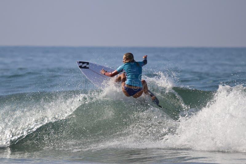 Coral Wiggins, die im US Open des Surfens 2018 konkurriert stockfotografie