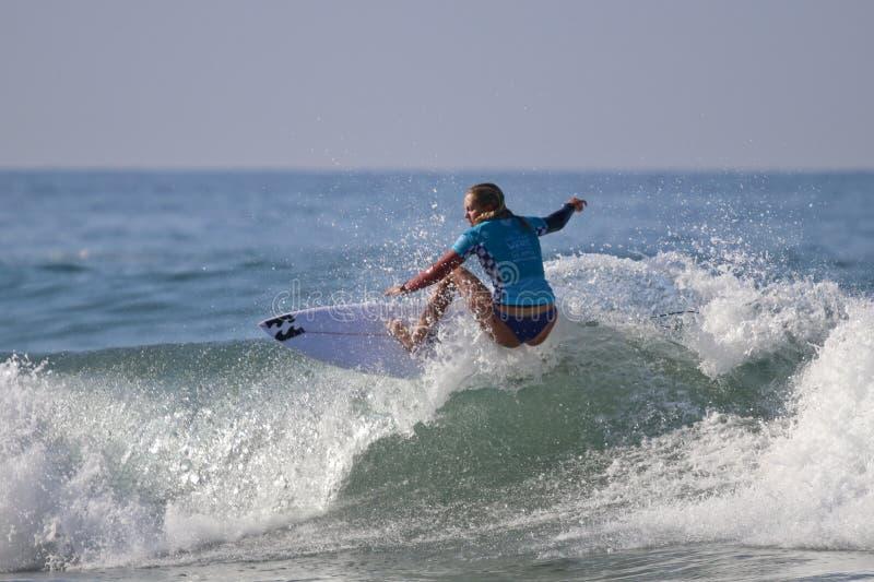 Coral Wiggins, die im US Open des Surfens 2018 konkurriert lizenzfreies stockbild