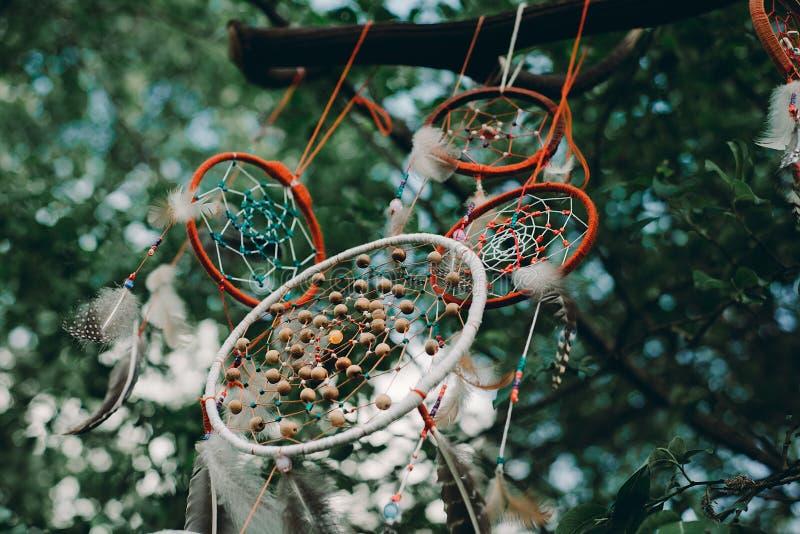 Corallo blu del collettore di sogno con sfondo naturale nello stile d'annata eleganza di boho, amuleto etnico fotografia stock