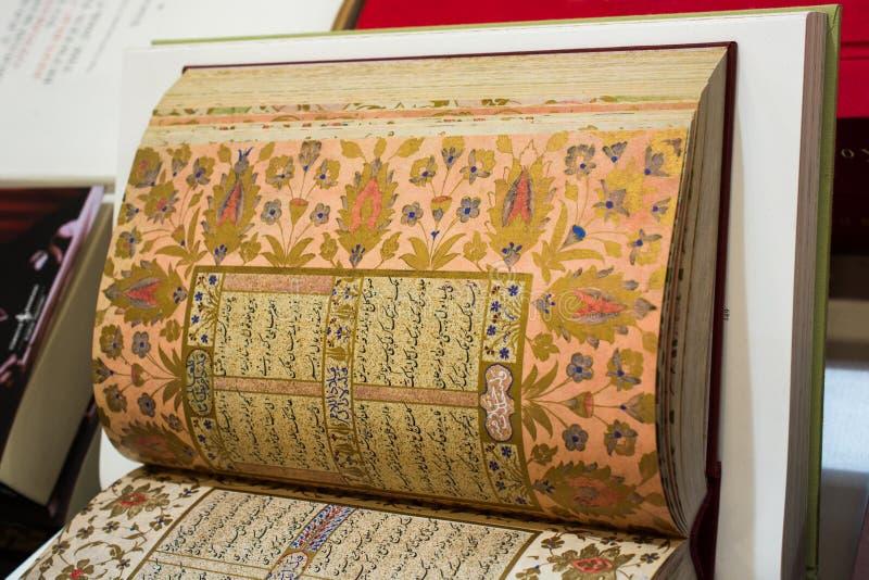Corano del libro sacro con le pagine aperte fotografie stock libere da diritti