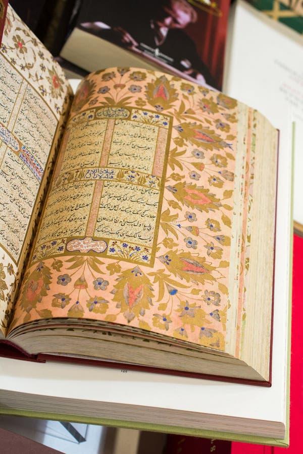 Corano del libro sacro con le pagine aperte immagini stock libere da diritti