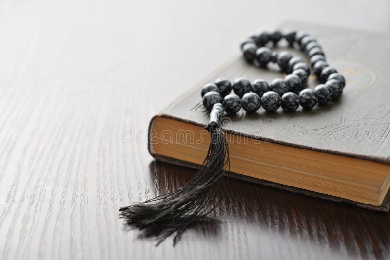 Corano santo con le perle fotografia stock libera da diritti