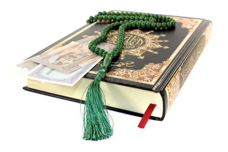 Corano sbattuto con valuta pakistana immagini stock libere da diritti