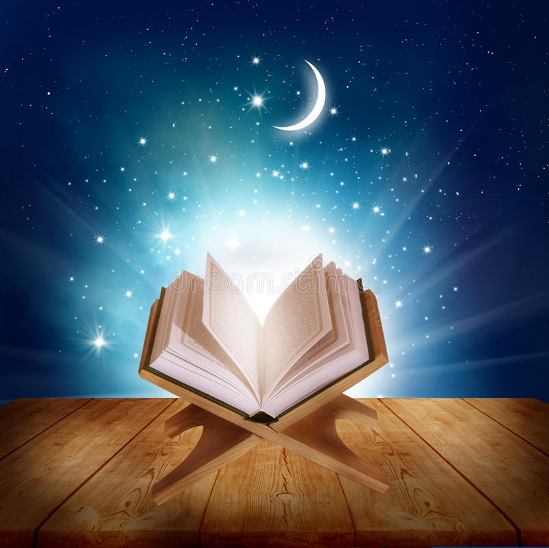 Corano su un supporto di libro di legno immagini stock