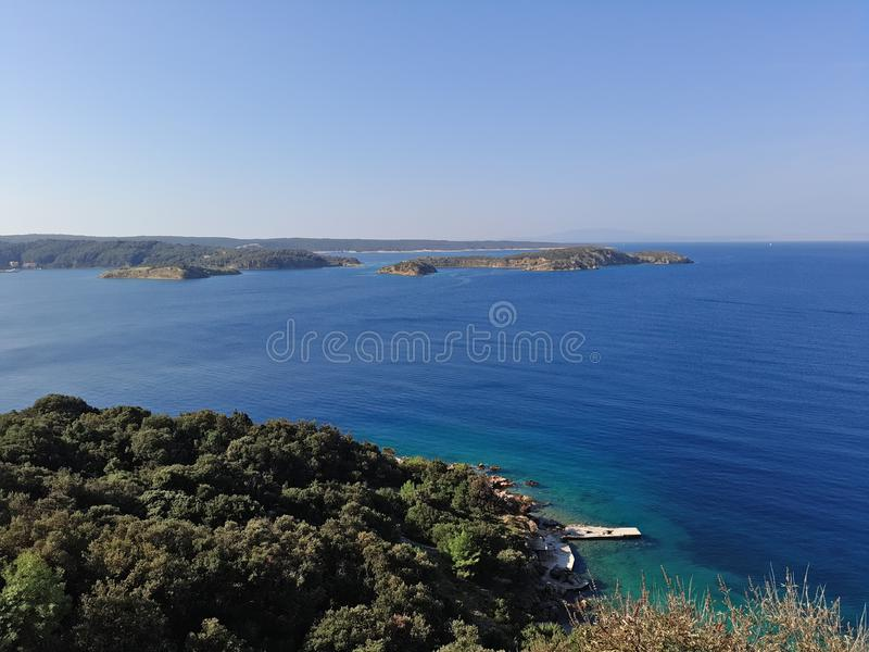 Coratia, plage avec l'océan tellement clair images stock