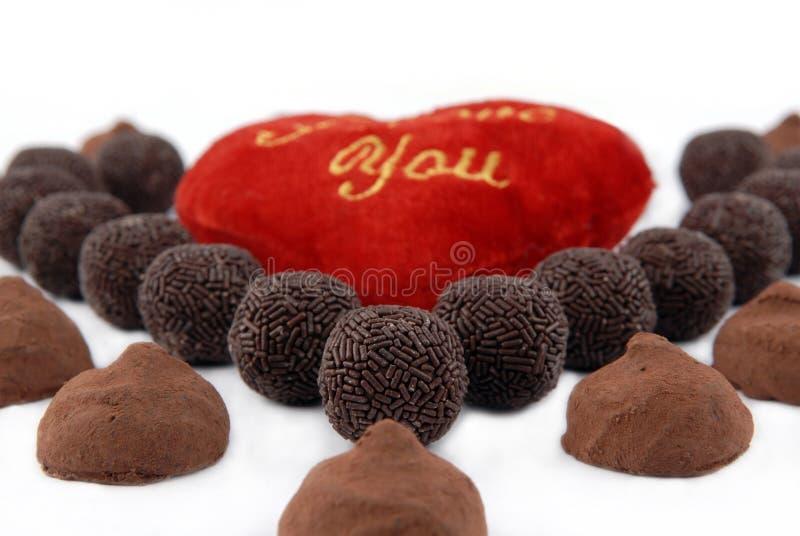 Corazón adornado con la trufa y el chocolate imagenes de archivo