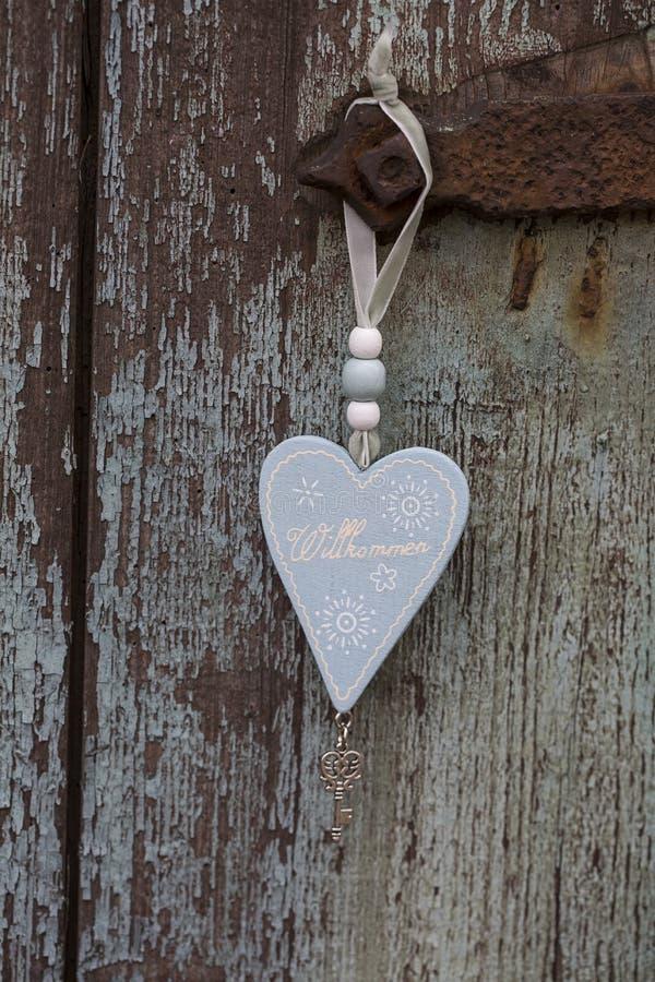 Corazón agradable de madera en puerta imagenes de archivo