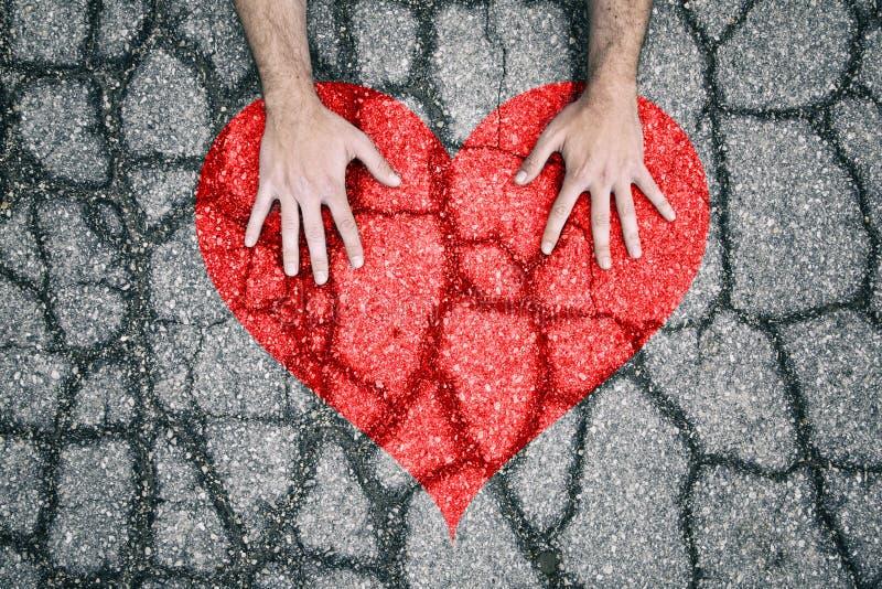 Corazón Agrietado Con Las Manos Humanas Imagen de archivo - Imagen ...