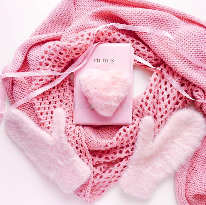 Corazón artifitial rosado mullido de la piel con la bufanda, los guantes y el álbum de foto acogedores Romance, amor, decoración imágenes de archivo libres de regalías