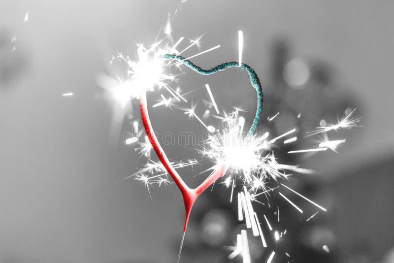 Corazón, azul rojo ardiente de la tarjeta del día de San Valentín de la vela de la bengala fotos de archivo