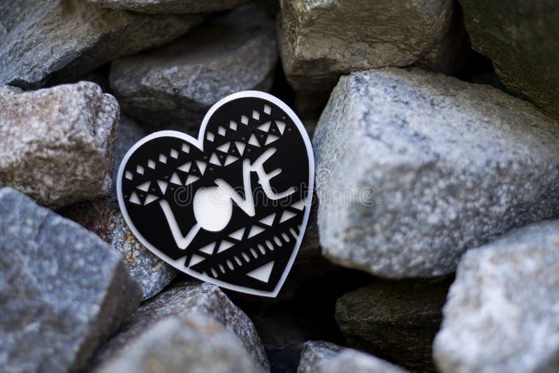 Corazón blanco y negro con el texto del amor dentro imagen de archivo libre de regalías