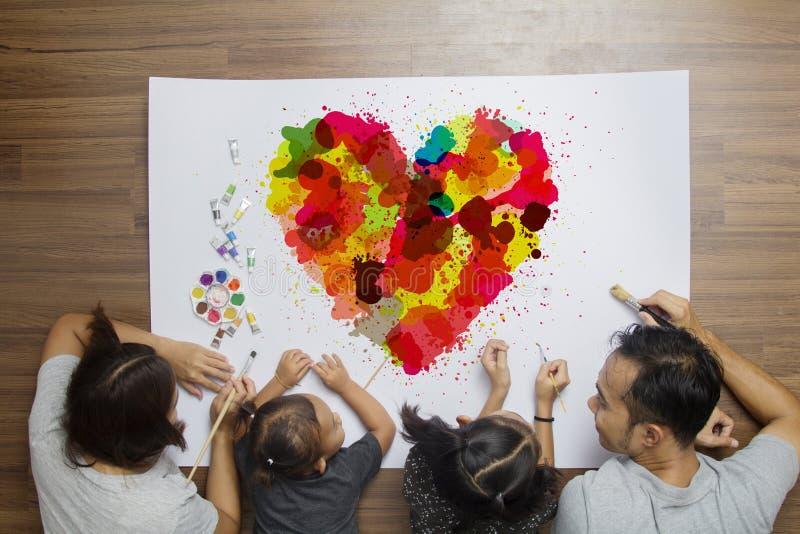 Corazón colorido con la acuarela de mentira del cepillo de pintura de la familia feliz imagen de archivo libre de regalías