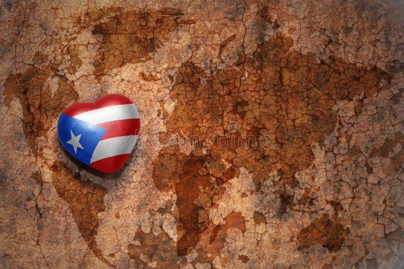 Corazón con la bandera nacional de Puerto Rico en un fondo del papel de la grieta del mapa del mundo del vintage fotos de archivo libres de regalías