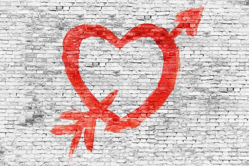 Corazón con la flecha pintada sobre la pared de ladrillo libre illustration