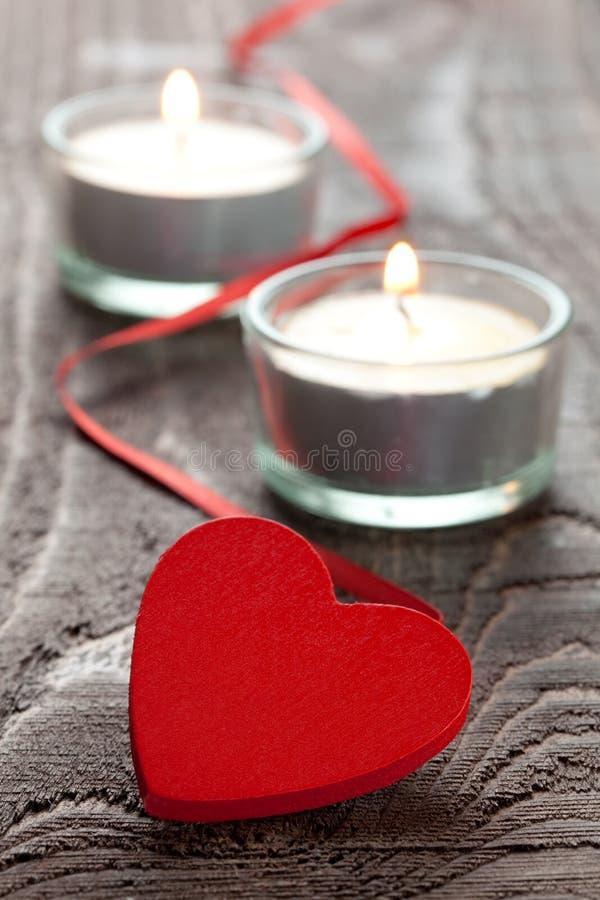 Corazón con las velas fotos de archivo