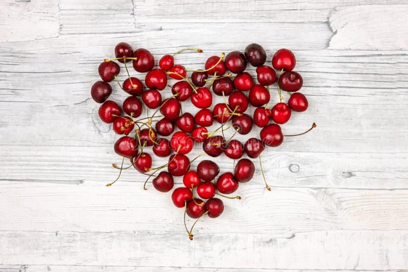 Corazón de cerezas dulces maduras Bayas del verano, cereza marrón grande fotos de archivo libres de regalías