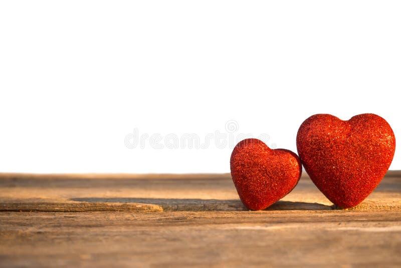 Corazón de dos rojos adornado en fondo de madera Tarjeta del día de San Valentín del concepto fotos de archivo