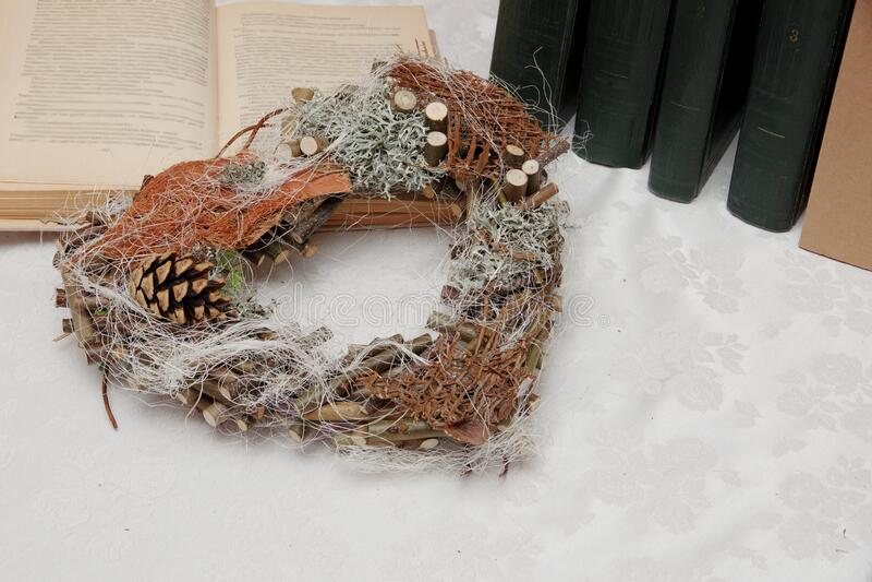 Corazón de estilo rústico hecho de ramas Sólo materiales naturales Estilo sencillo fotos de archivo libres de regalías