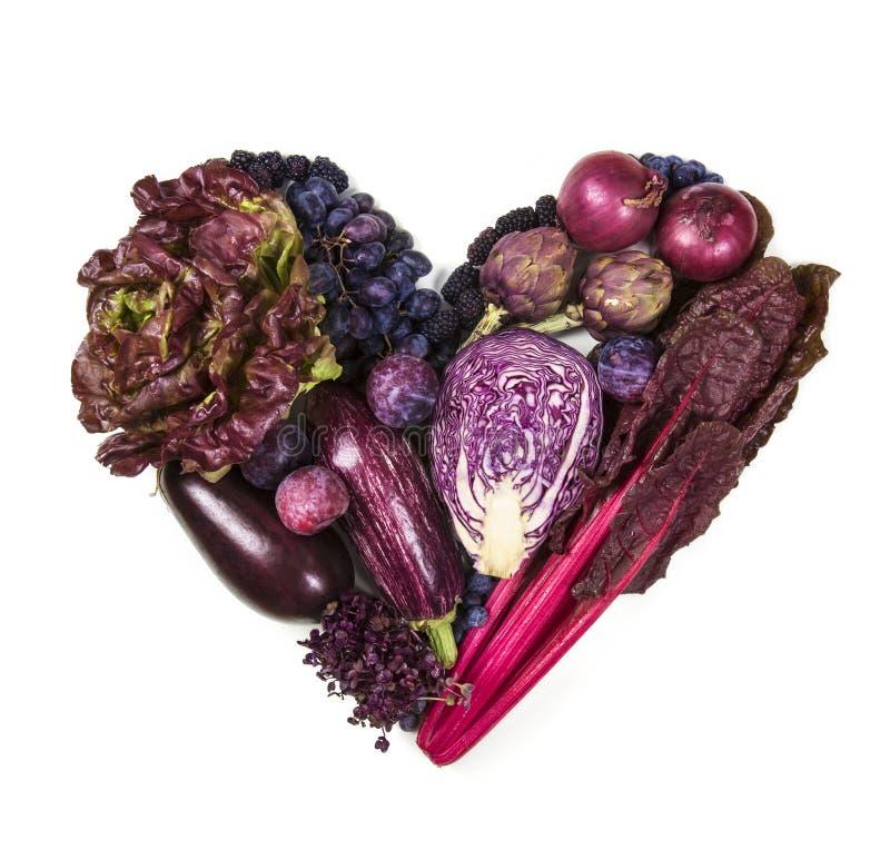 Corazón de frutas y verduras azules y púrpuras imagen de archivo libre de regalías