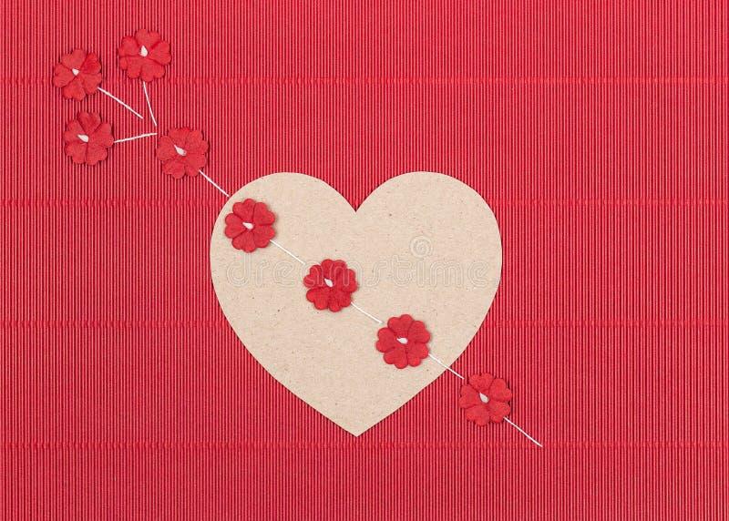 Corazón de la cartulina con la flecha de la flor de papel imagenes de archivo