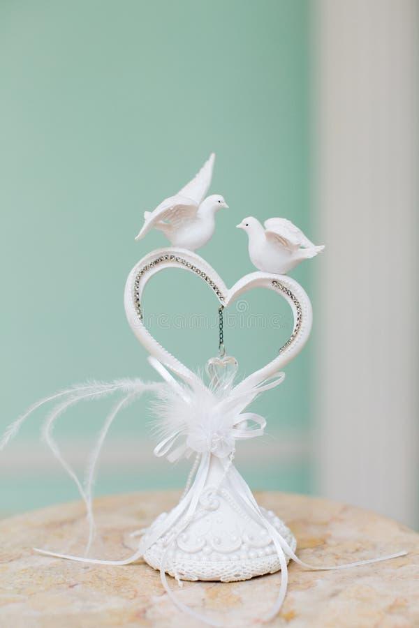 Corazón de la decoración de la boda con dos palomas blancas imágenes de archivo libres de regalías