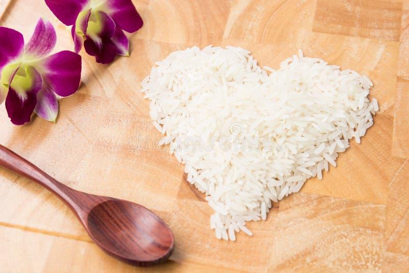 Corazón de la forma del arroz imagen de archivo