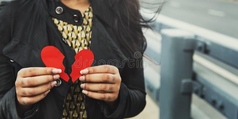 Corazón de la mujer que rompe ex concepto de la relación imagen de archivo