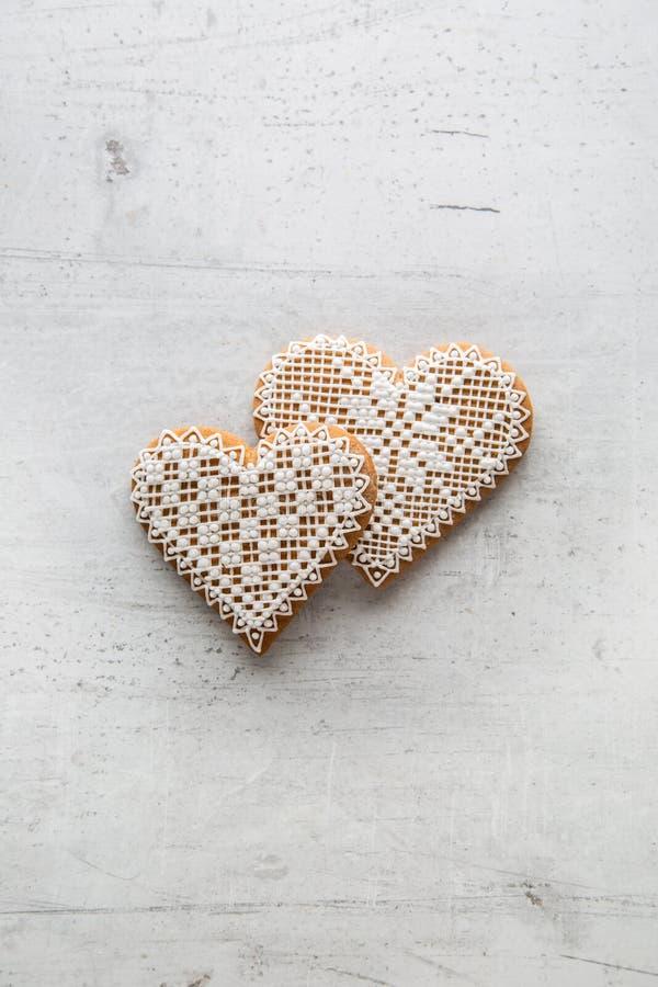 Corazón de la Navidad o de la tarjeta del día de San Valentín con los ornamentos en el fondo blanco foto de archivo