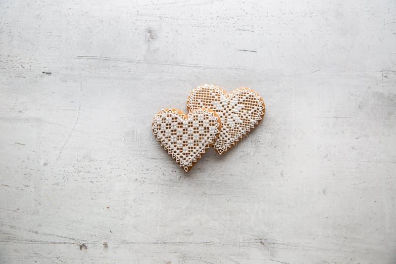 Corazón de la Navidad o de la tarjeta del día de San Valentín con los ornamentos en el fondo blanco imagen de archivo libre de regalías