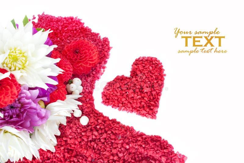 Corazón de la tarjeta del día de San Valentín hecho de guijarros rojos fotos de archivo