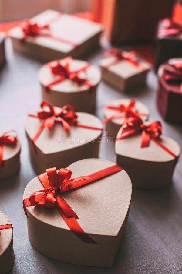 Corazón de las cajas de regalo El concepto de celebrar el día de tarjeta del día de San Valentín fotos de archivo