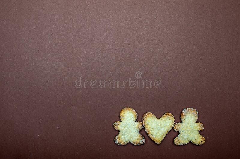 Corazón de las galletas en amor del día de tarjeta del día de San Valentín del fondo de Brown foto de archivo libre de regalías
