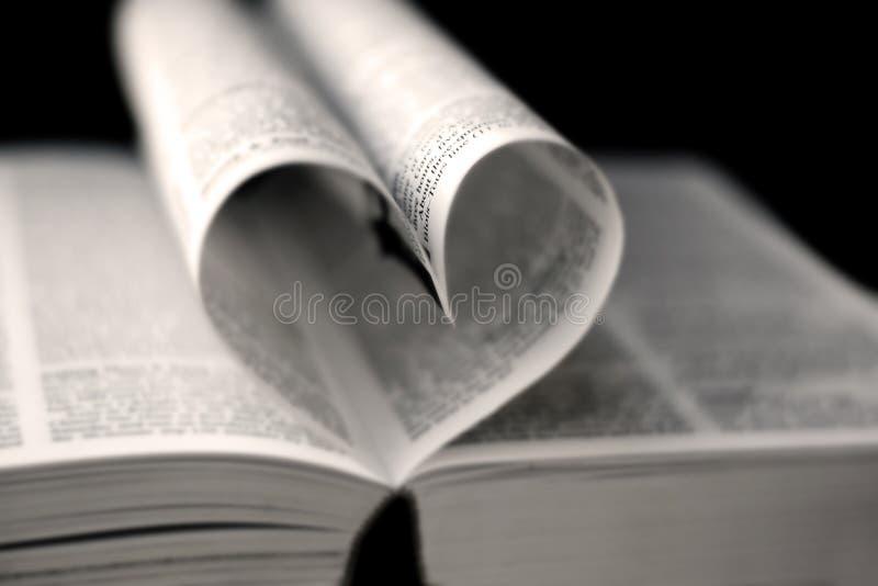 Corazón de las paginaciones del libro foto de archivo