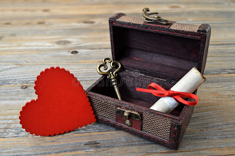 Corazón de las tarjetas del día de San Valentín, letra de amor y llave en cofre del tesoro fotos de archivo libres de regalías