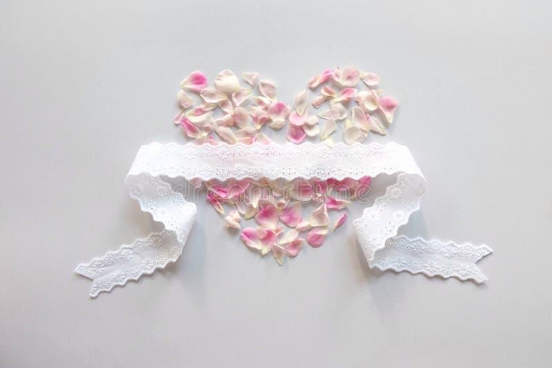 corazón de los pétalos de rosas rosados fotografía de archivo libre de regalías