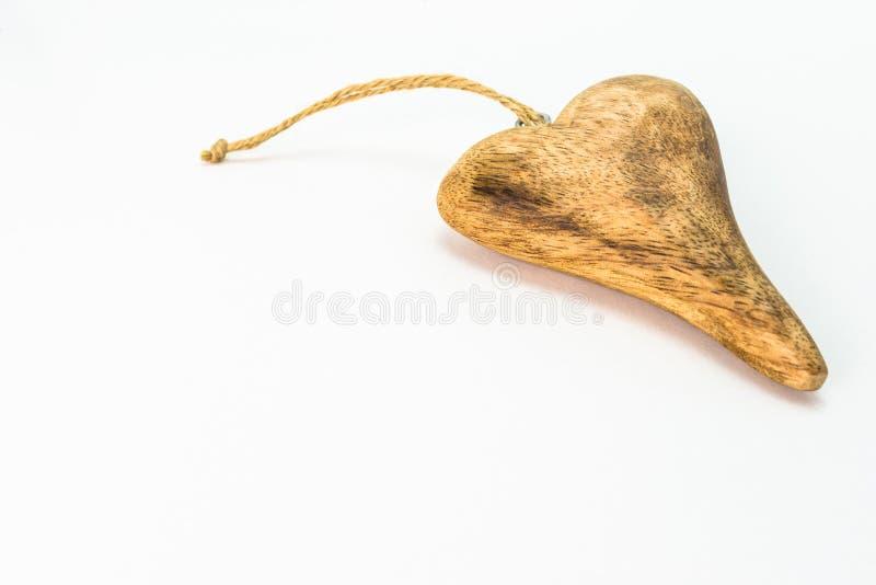 Corazón de madera aislado en el fondo blanco con el espacio de la copia, visión desde el top foto de archivo libre de regalías